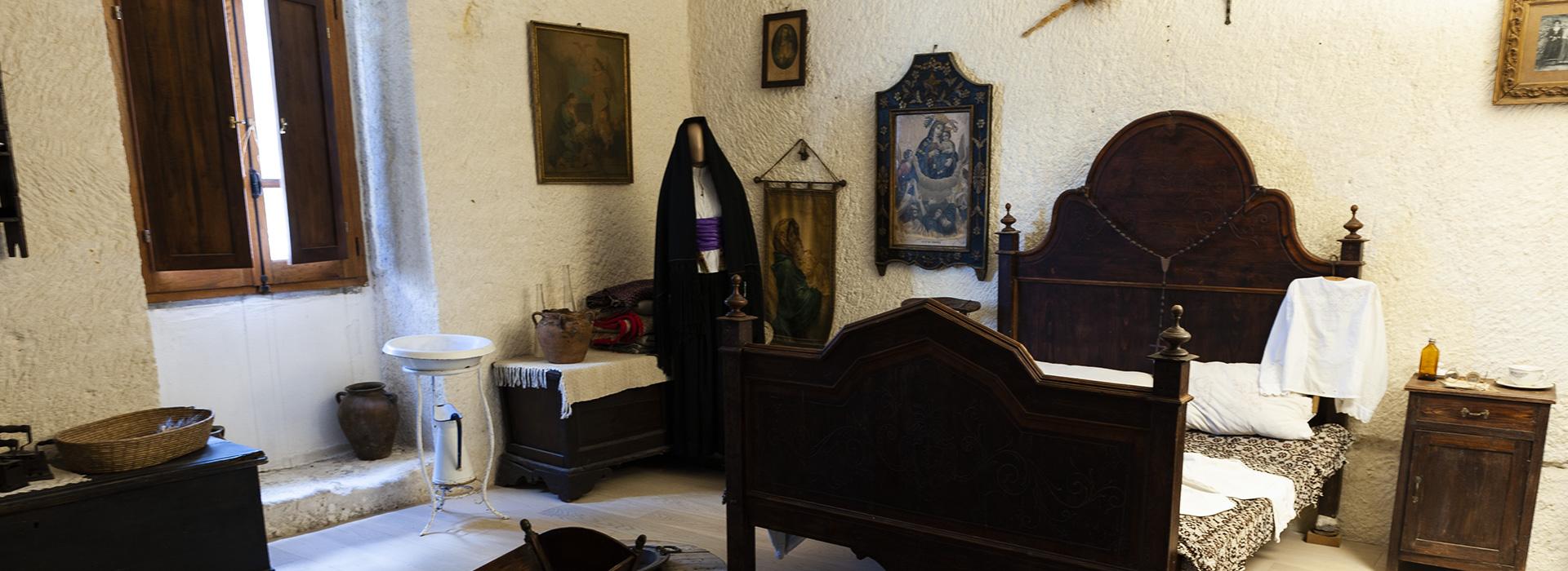 <p>Il Museo Tradizioni Etnografiche dell'Anglona Domus de Janas è aperto nei seguenti orari: Dal Lunendìal Venerdì: 9:30 – 13:00 / 15:00 – 18:00 – Sabato e Domenica: 10:00 – 13:00</p>