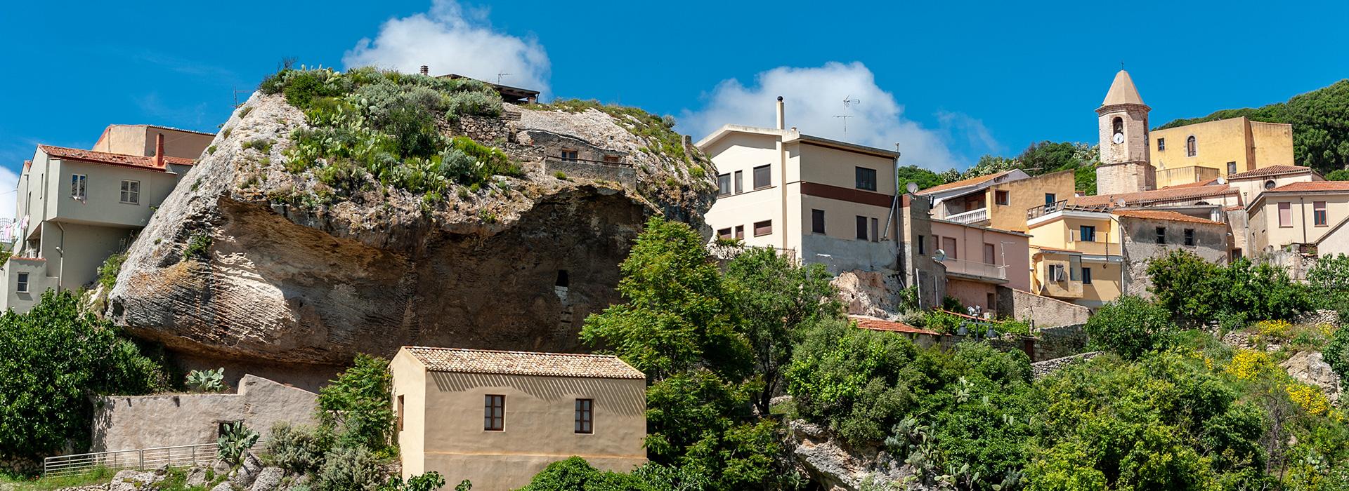 <p>L'antico borgo di Sedini si trova al centro della regione storica dell'Anglona nel nord della Sardegna. Dista circa 50 km dal capoluogo Sassari, circa 10 Km dal mare, ad un'altitudine di 350 metri sul livello del mare.</p>